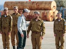 Tjänstemän av IDFEN talar med en soldat under bildandet i stupad minnes- monument för teknikkår i Mishmar David, Israe Royaltyfri Bild