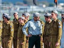 Tjänstemän av IDFEN talar med en soldat under bildandet i stupad minnes- monument för teknikkår i Mishmar David, Israe Royaltyfria Foton