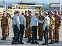 Tjänstemän av IDFEN talar med en soldat under bildandet i stupad minnes- monument för teknikkår i Mishmar David, Israe Arkivbild