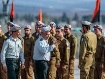 Tjänstemän av IDFEN talar med en soldat under bildandet i stupad minnes- monument för teknikkår i Mishmar David, Israe Arkivbilder