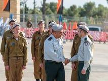 Tjänstemän av IDFEN talar med en soldat under bildandet i stupad minnes- monument för teknikkår i Mishmar David, Israe Arkivfoto