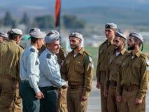 Tjänstemän av IDFEN talar med en soldat under bildandet i stupad minnes- monument för teknikkår i Mishmar David, Israe Royaltyfri Foto