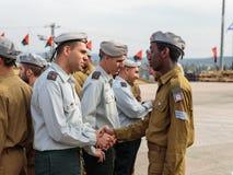 Tjänstemän av IDFEN talar med en soldat under bildandet i stupad minnes- monument för teknikkår i Mishmar David, Israe Arkivfoton