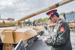 Tjänsteman av den utländska arméstudiebehållaren T-72 Ryssland Arkivfoto