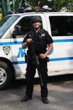 Tjänsteman för NYPD-räknareterrorism som ger säkerhet Arkivfoto