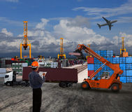 Tjänstemanmannen som arbetar i landtransport som är logistisk med behållaren gör Arkivbild