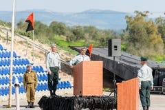 Tjänstemannen av IDFEN gör ett anförande på podiet på bildandet i stupad minnes- monument för teknikkår i Mishmar Davi Royaltyfri Foto