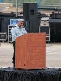 Tjänstemannen av IDFEN gör ett anförande på podiet på bildandet i stupad minnes- monument för teknikkår i Mishmar Davi Royaltyfri Bild