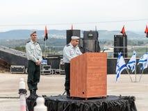Tjänstemannen av IDFEN gör ett anförande på podiet på bildandet i stupad minnes- monument för teknikkår i Mishmar Davi Arkivfoto
