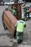 Tjänstemannen beställde stallförsäljarna, som säljer på den indonesiska staden för vägrenen av soloen, centrala Java arkivbild