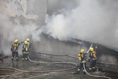 Tjänstgörande brandkämpar Arkivbild