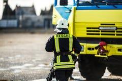 Tjänstgörande brandmanstående arkivfoto