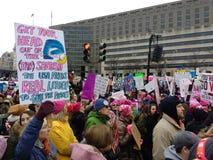 Tjärasander protesterar tecknet, sparar planeten, kvinnors mars, Washington, DC, USA arkivfoton