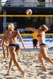 Tjasa Jancar van Slovenië die de bal overgaan tot haar teammate Tjasa Kotnik Stock Afbeeldingen