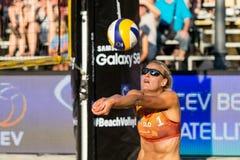 Tjasa Kotnik de Eslovênia que passa a bola na rede Fotos de Stock