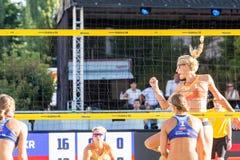 Tjasa Kotnik de Slovénie célébrant la boule dedans d'Iryna Makhno d'Ukraine Image stock