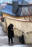 Tjeck Prague: Musiker med en fiol på trappan fotografering för bildbyråer