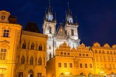 Tjeck Prague 2017 08 01 Sikt till den gotiska Tyn kyrkan på nattbelysning med reflexionen, gammal stadfyrkant Fotografering för Bildbyråer