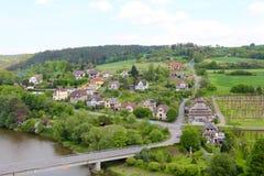 Tjeckien, floden Sazava och byn till öst av Cesky Sternberk rockerar Royaltyfria Foton