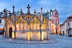 Tjeckien Kutna Hora: December 12, 2017: gotiskt vatten väl från 1495 och kyrkan för barockSt Nepomuk från 1734, UNESCO, Kutna Hor Fotografering för Bildbyråer