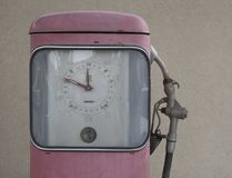Tjeckien Prague, April 15, 2018: stäng sig upp rosa retro pumpa enhet av bensinstationen från femtiotal, arkivbild