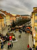 Tjeckien Prague December 26, 2017: en folkmassa av folk nära en bro på en ganska köpmat för stad Arkivbild