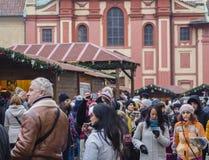 Tjeckien Prague, gammal stad, December 2, 2017: crowdy dekor arkivfoton