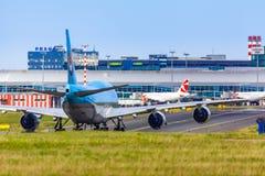 TJECKIEN Prague - 2018/07/07: Landning och ankomster på Vac royaltyfri bild