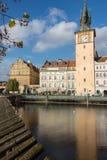 TJECKIEN PRAGUE - OKTOBER 02, 2017: Utseende av en underbar europeisk stad Ostop torn med spiers Royaltyfri Bild