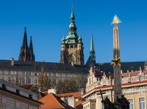 TJECKIEN PRAGUE - OKTOBER 02, 2017: Utseende av en underbar europeisk stad Ostop torn med spiers Arkivbild
