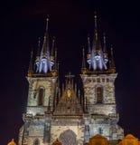 TJECKIEN PRAGUE - OKTOBER 02, 2017: Utseende av en underbar europeisk stad Ostop torn med spiers Fotografering för Bildbyråer