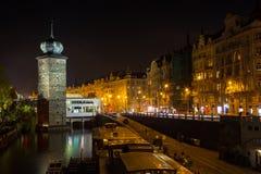 TJECKIEN PRAGUE - OKTOBER 02, 2017: Utseende av en underbar europeisk stad Ostop torn med spiers Royaltyfri Foto