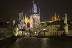 Tjeckien - Prague på natten från Charles Bridge arkivfoto