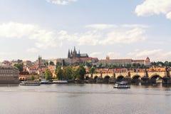 Tjeckien-, Prague panorama av den gamla stadarkitekturen med den Vitava floden, färgrik gammal stad, St Vitus Cathedral och Charl Royaltyfri Foto