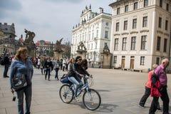 Tjeckien Prague 11 04 2014: Ung flicka som cyklar i capitolstadskvinnlign som kyler på en solig dag Royaltyfria Bilder