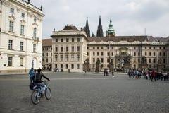Tjeckien Prague 11 04 2014: Ung flicka som cyklar i capitolstadskvinnlign som kyler på en solig dag Arkivbild