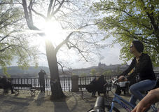 Tjeckien Prague 11 04 2014: Ung flicka som cyklar i capitolstadskvinnlign som kyler på en solig dag Arkivfoton