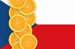 Tjeckisk vertikal rad för flagga- och citrusfruktskivor royaltyfria bilder