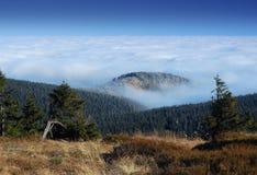 Tjeckiska berg, inversion I Arkivfoto