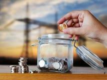 Tjeckiska kronamynt i en glass moneybox - besparingar för hus kostar eller intecknar amortering arkivfoto