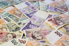 Tjeckiska kronor av olika valörer fördelade ut kaotiskt 4 arkivbild