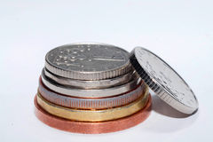 Tjeckiska mynt av olika valörer som isoleras på en vit bakgrund Massor av tjeckiska mynt Makrofoto av mynt Arkivbilder