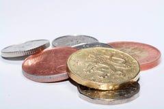 Tjeckiska mynt av olika valörer som isoleras på en vit bakgrund Massor av tjeckiska mynt Makrofoto av mynt Olik tjeck Royaltyfria Bilder