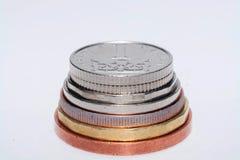 Tjeckiska mynt av olika valörer som isoleras på en vit bakgrund Massor av tjeckiska mynt Makrofoto av mynt Olik tjeck Arkivfoto