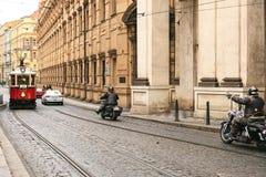 Tjeckiska Prague, December 24, 2016: Autentisk och ovanlig stad av Prague På vägarna går tappningspårvagnar och cyklister på Arkivfoto