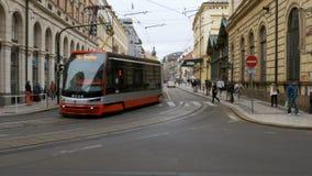 Tjeckiska spårvagnritter till och med den gamla staden av Tjeckien lager videofilmer