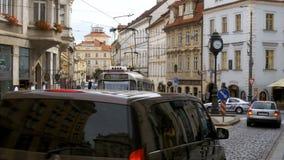 Tjeckiska spårvagnritter till och med den gamla staden av Tjeckien, Prague lager videofilmer
