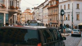 Tjeckiska spårvagnritter till och med den gamla staden av Tjeckien, Prague stock video