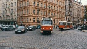Tjeckiska spårvagnritter till och med den gamla staden av Tjeckien, Prague arkivfilmer