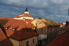 Tjeckiskt arkitektur, röda tak, tegelplattor, lampglassvep, turism, Netolice, fotografering för bildbyråer